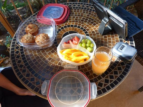 Hale Huanani Bed and Breakfast: Breakfast layout