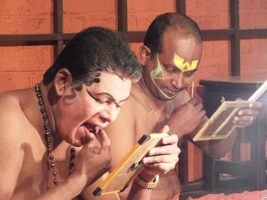 Cochin Cultural Centre: make-up before a Kathakali show
