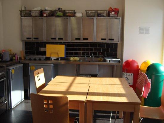 YHA Bristol : Mesa de la cocina: hay dos así.