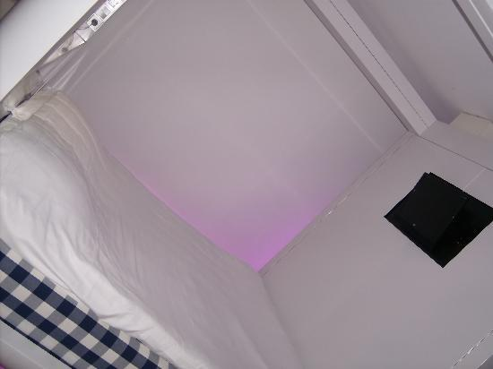 "Qbic Hotel Amsterdam WTC: cama ""cúbica"""