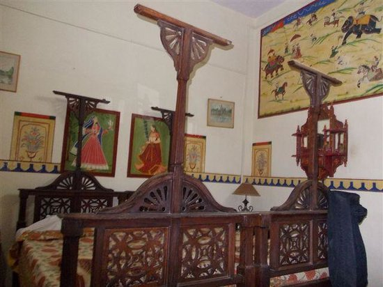 Ishwari Niwas Palace: An old style bed room