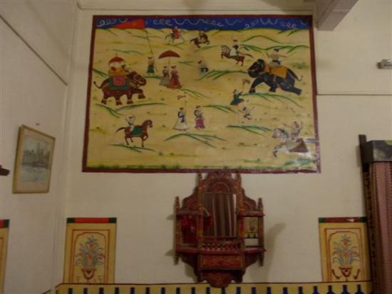 Ishwari Niwas Palace: Large typical wall paintings in bedroom