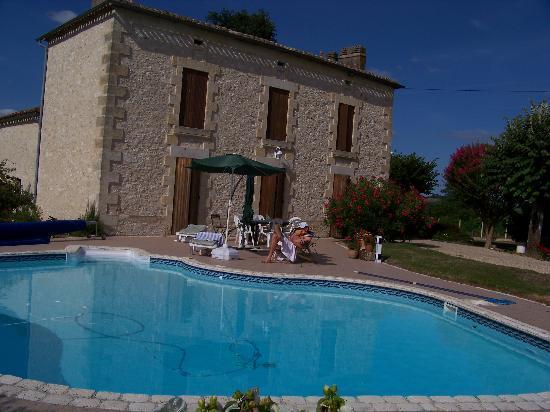 Fougueyrolles, France: Haupthaus mit Pool