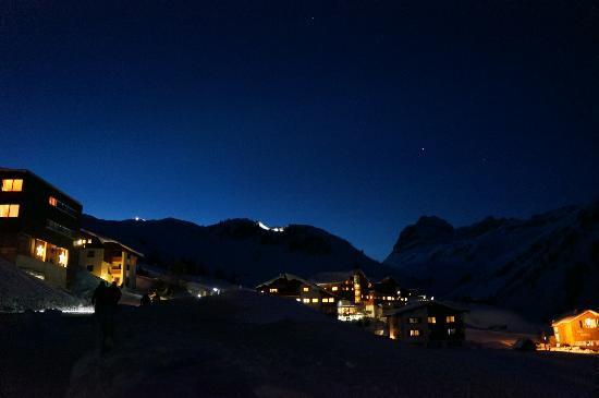 """Hotel Lechtaler Hof: Verschneites Warth bei Nacht (in der Bildmitte der (""""Lechtaler Hof"""")"""