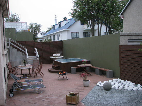 Town House Iceland: Garden with hot tub
