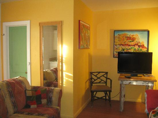 Fire Water Lodge: Good colors in the room, plenty of space.