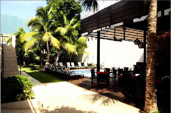 Grand City Hotel: Área de Cafetería y Piscina