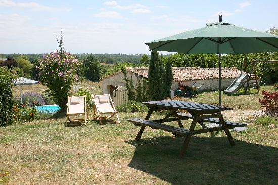 Domaine la Fontaine - large garden