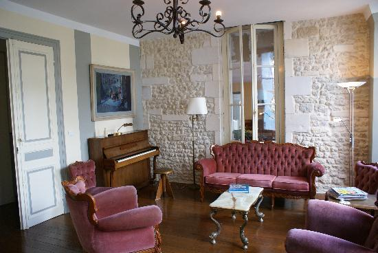 Soubran, Prancis: Domaine la Fontaine - cosy lounge with fireplace and piano