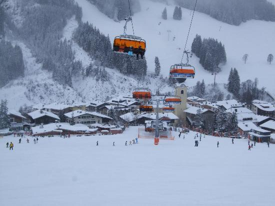 Pension Enzian: Ski slpoes and snow