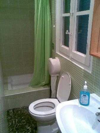 B&B Hi Valencia Cánovas: one of the Bathrooms