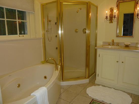 The Inn at Solvang: Garden Room bathroom