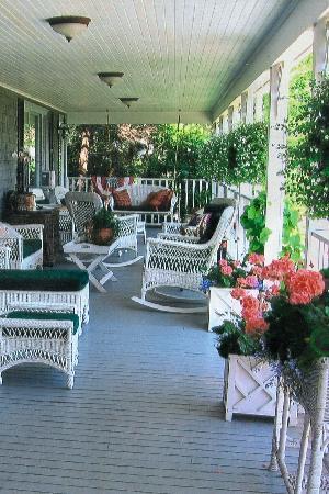 Inn at Bay Ledge: Enjoy bay view form the porch