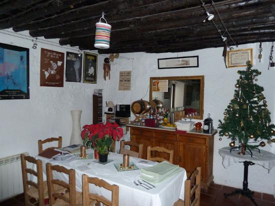 Hotel La Seguiriya: Dining room with flamenco memorabilia
