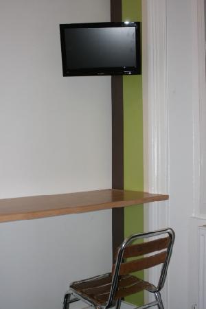 Brighton Youth Hostel by the Sea: TV desk