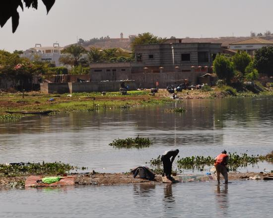 Bamako city centre, market: The people washing clothes in Niger River