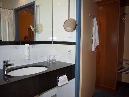 Scandic Wroclaw: bathroom