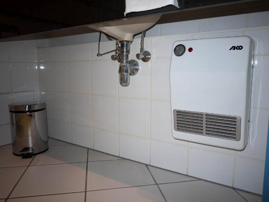 Scandic Wroclaw: heating system in bathroom