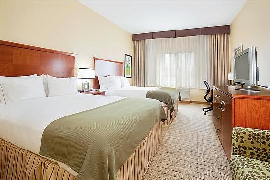 Holiday Inn Express Denver Airport: Spacious room with 2 queen beds