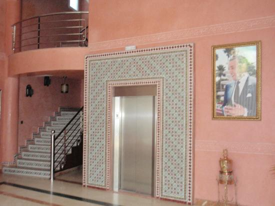 Hotel Amouday: The elevator and staircase in the lobby. Be prepared to carry all your own luggage.