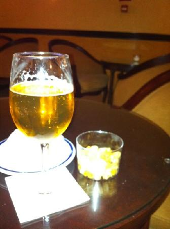 Melia Girona: nice cold beer and not at the usual outrageous hotel price you'd expect. top banana.