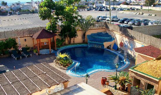 Hotel Nerja Princ: Looking to the pool