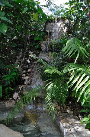 Boutique Hotel Quinta Chanabnal: The pool with waterfall
