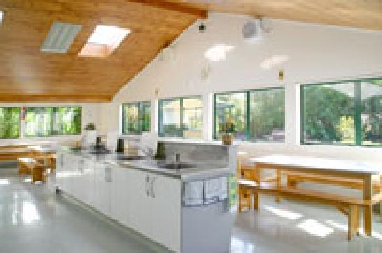 Miranda Holiday Park: Camp kitchen has modern facilities with microwave/convection oven, fridges, freezer, tables and