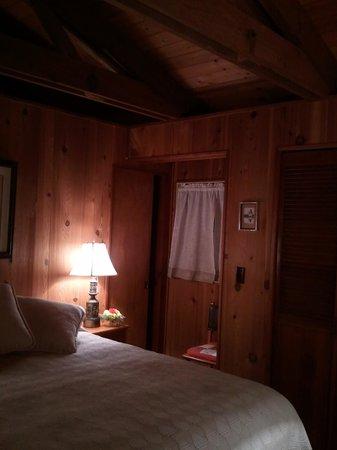 Shaw's Oceanfront B&B: Queen Bedroom w/ Private Bathroom
