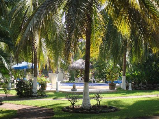 Villa Don Manuel: jardines y alberca en medio de habitaciones