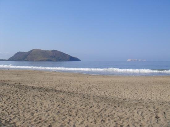 Villa Don Manuel: Playa con montaña y morro