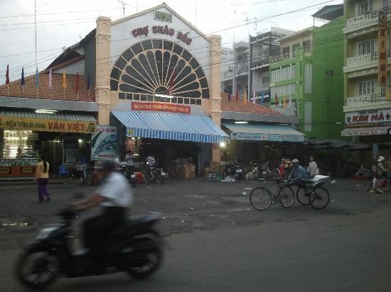 Trung Nguyen Hotel: le marché face à l'hotel