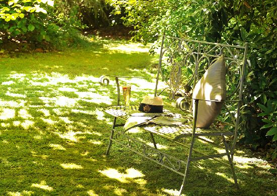 Clarendon Cottages: Relax in Clarendon's garden