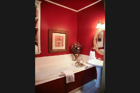Inn on the Creek: Beautiful Red Bath in Tuscan Suite