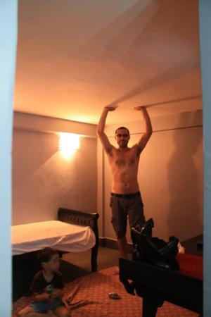 '84 Hotel : Ceiling