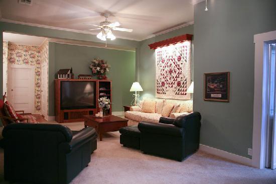 Victorian Mansion Bed & Breakfast : Suite Elizabeth's Den with Big Screen TV