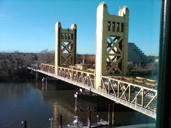 Embassy Suites by Hilton Sacramento - Riverfront Promenade: View of Tower Bridge from the room
