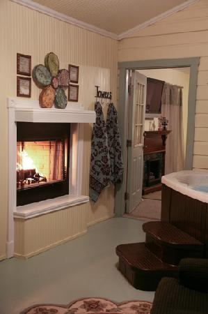 Across the Way - Front & Back Porch: Enjoy a Fire at Arbor Cottage
