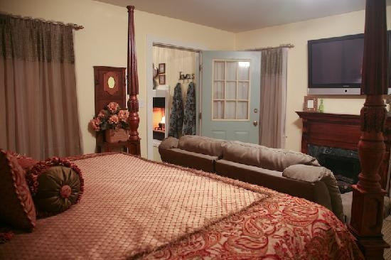 Across the Way - Front & Back Porch: Arbor Cottage's Four Poster King Bed