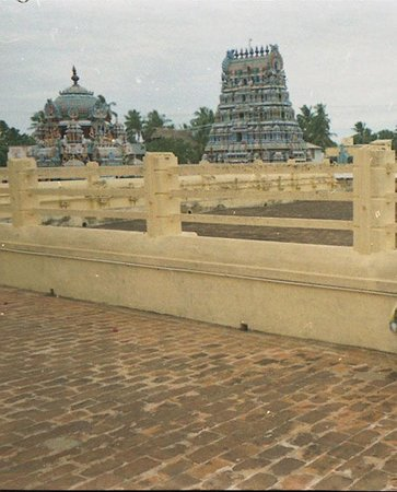 Kumbakonam, India: Swamimalai temple: A view of the temple gopuram from the middle corridor.