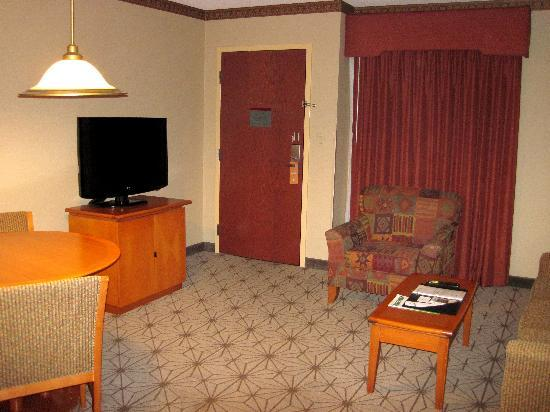 Embassy Suites by Hilton Portland Airport: from bedroom doorway looking back to the front door