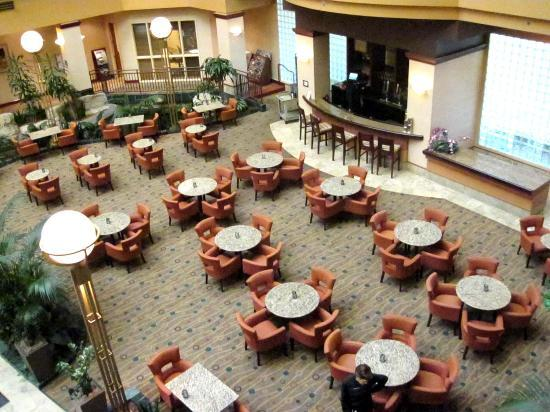 Embassy Suites by Hilton Portland Airport: bar area