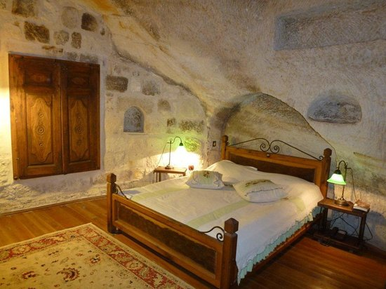 Sultan Cave Suites : Main bed in our room