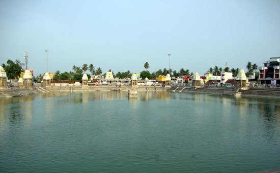 Mahamaham tank, Kumbakonam: A view of the tank with the Kasi Viswanatha temple in the distant ce