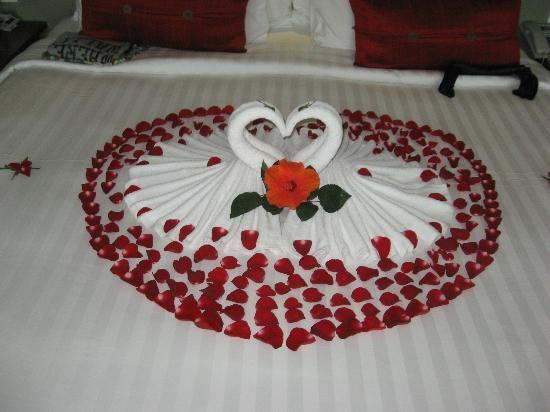 Chongfah Beach Resort: Our lovely decorated bed.