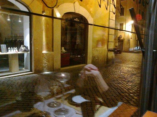 Osteria dell'Ingegno: Tavolo lungo il vetro-strada