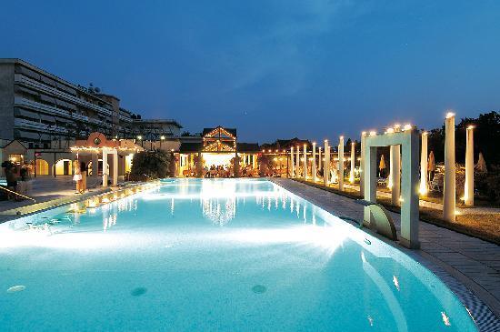 Hotel Terme Orvieto: pool by night