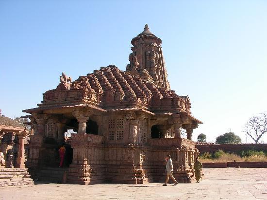 Menal Resort : SSanctuaire en face de l'hôtel: temple de Shiva