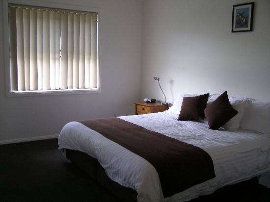 Executive Oasis Narrabri: Spacious Main Bedroom