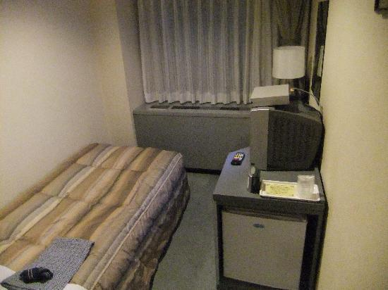 Asakusabashi Business Hotel: 部屋はちょっと狭め